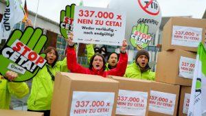 aktivisten-protestieren-in-berlin-vor-dem-bundeskanzleramt-gegen-das-geplante-ceta-freihandelsabkommen