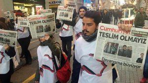 wir-geben-nicht-auf-prangt-auf-dem-titelblatt-der-cumhuriyet-das-demonstranten-in-istanbul-hochhalten